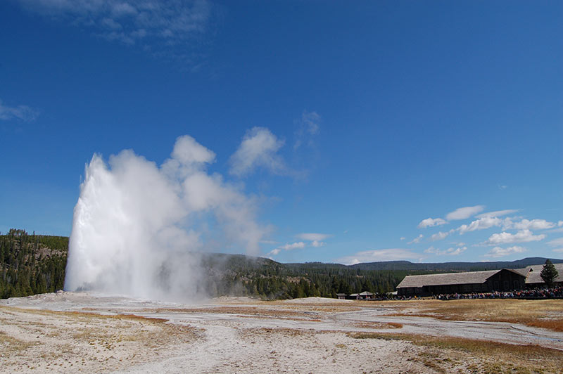yellowstone-geyser-blue-sky-while-on-tour-from-los-angeles